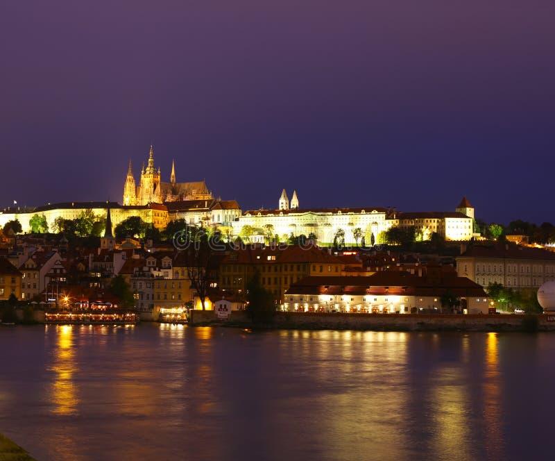 Download Praga na noite foto de stock. Imagem de gothic, ponte - 16857460