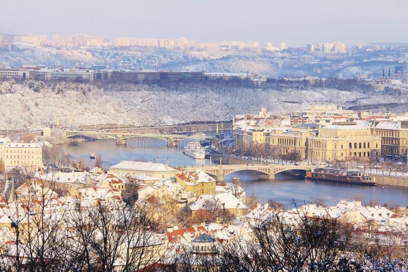 Praga nevado acima do rio Vltava no dia ensolarado imagem de stock