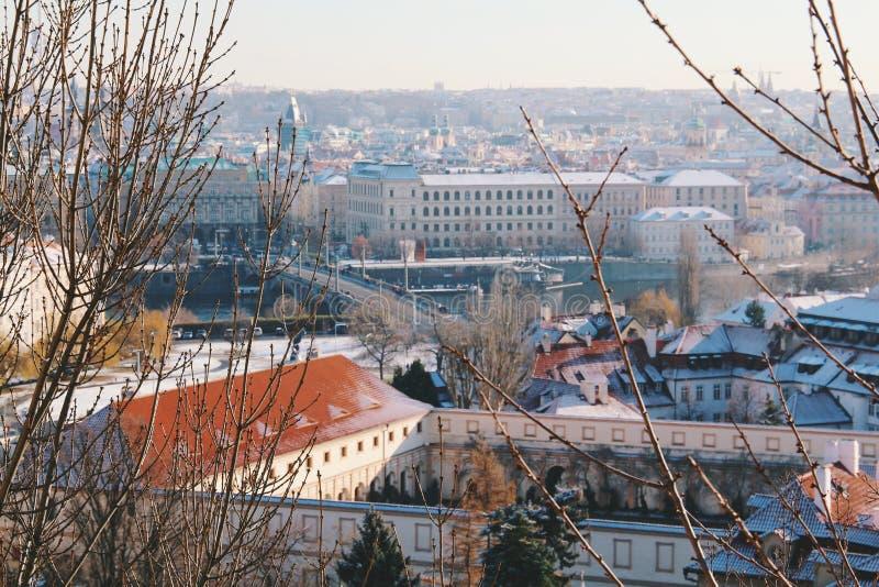 Praga no inverno Tampa de neve em telhados fotos de stock
