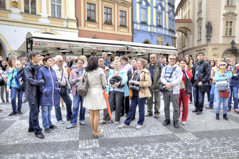 praga O guia fala com os turistas imagens de stock
