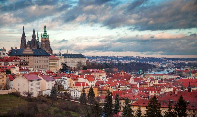 Praga panorama con il castello di Praga fotografia stock