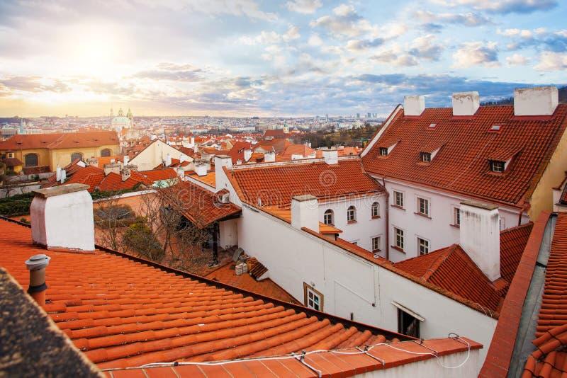 Praga panorama z czerwonymi kafelkowymi dachami Marcowy pejzażu miejskiego linia horyzontu Praga republika czech obraz royalty free