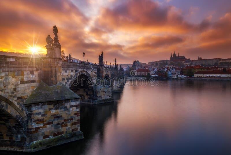 Praga, por do sol sobre a ponte de Charles, República Checa foto de stock