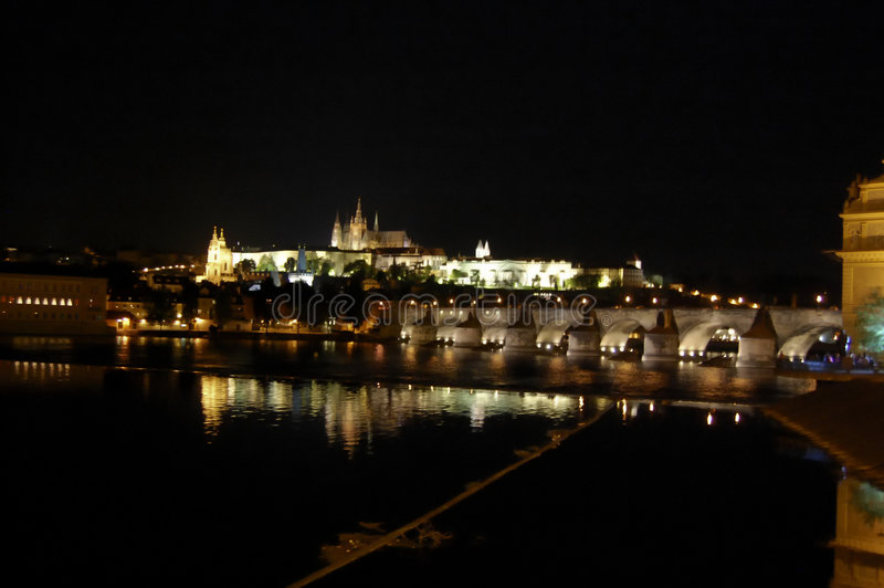 Praga por noche fotografía de archivo