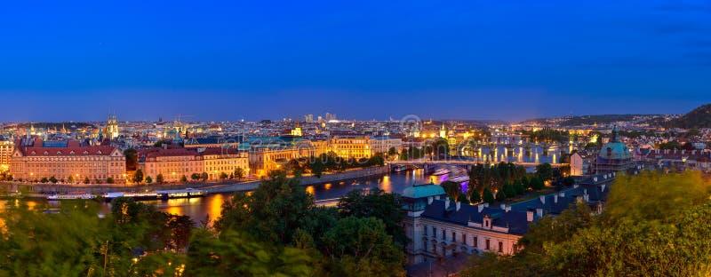 Praga przy błękitną godziną w wieczór panoramie z miasta światłem obraz stock