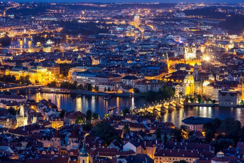 Praga przy mroczną błękitną godziną, widokiem Charles most na Vltava z Mala Strana i Starym miasteczkiem, zdjęcie stock