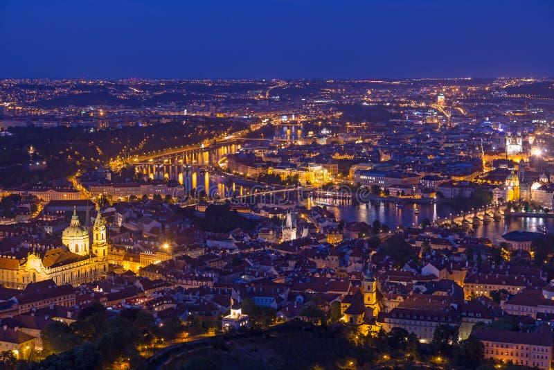 Praga przy mroczną błękitną godziną, widokiem Charles most na Vltava z Mala Strana, Starym kasztelem, miasteczka i Praga obraz stock