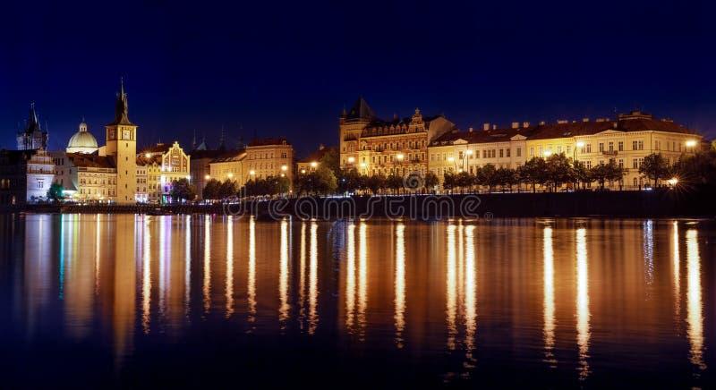 Praga przy nocą rzeką i bulwarem, zdjęcie stock