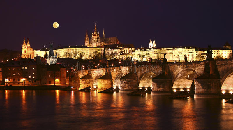 Praga, puente de Charles en la noche fotografía de archivo libre de regalías
