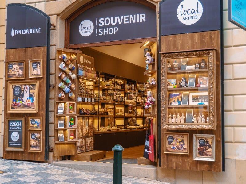 Praga, República Checa - abril de 2019: Visión para abrir la tienda de souvenirs en calle Entrada de la tienda de souvenirs con l imagen de archivo