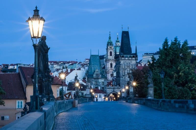 Praga, República Checa, alvorecer de Charles Bridge, luz das lanternas fotografia de stock