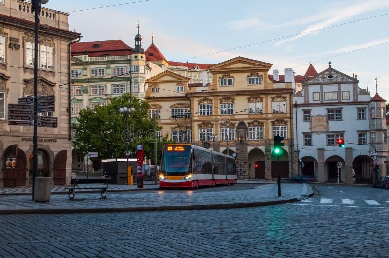 2017-09-12 Praga, República Checa, carriles de la tranvía de la ciudad, piedras de pavimentación, semáforos imagenes de archivo