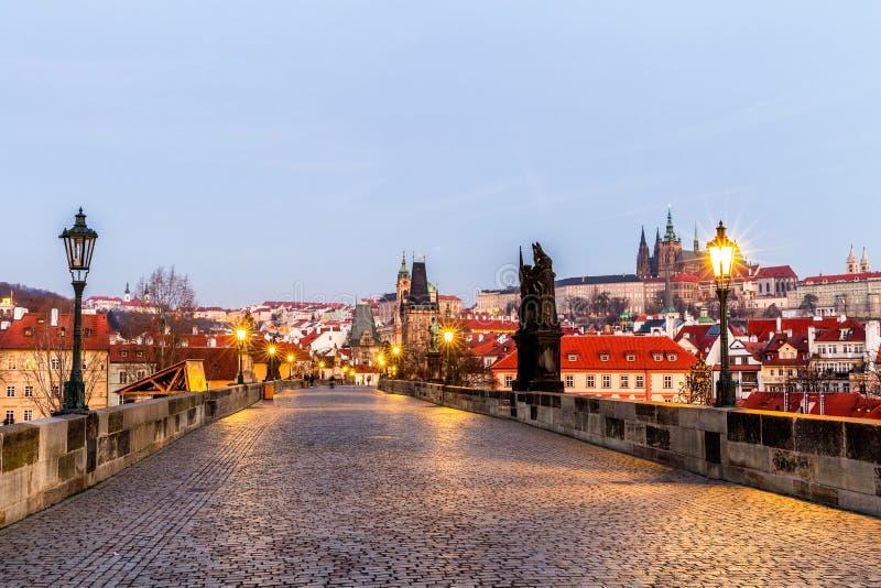 Praga, República Checa Charles Bridge com suas estatueta e SU fotos de stock royalty free