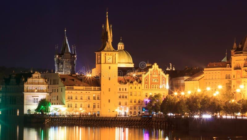 Praga, República Checa Charles Bridge y Hradcany con oscuridad de la tarde de la iglesia del St Vitus Cathedral y de San Jorge, B imagen de archivo