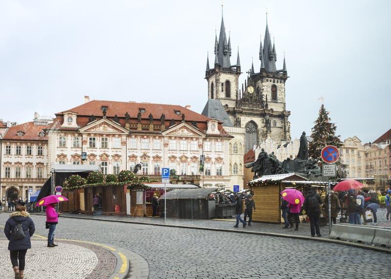 Praga, República Checa, cuadrado, mirada fija Mesto Catedral de la Virgen María foto de archivo