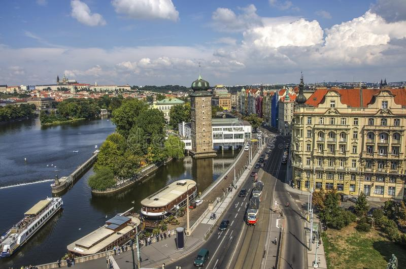Praga, República Checa - 22 de abril de 2015: Cais no centro de Praga Barco no rio de Vltava perto da ponte de Juraskuv imagem de stock royalty free