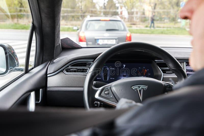 Praga, República Checa - 13 de abril de 2019: O homem conduz Tesla na EXPO Praha Letnany 2019 de Autoshow PVA imagem de stock royalty free
