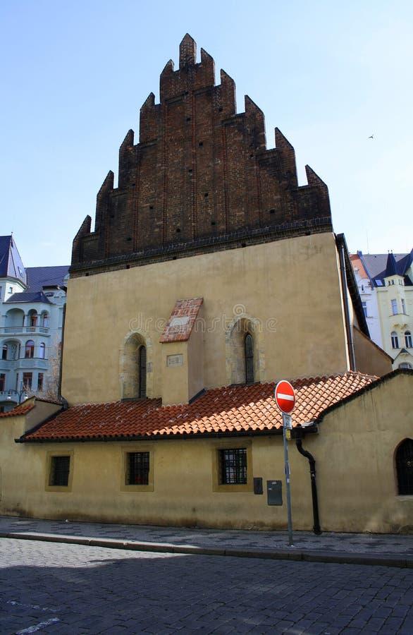 Praga, República Checa - 8 de abril de 2013: A sinagoga nova velha em Praga em República Checa fotografia de stock royalty free