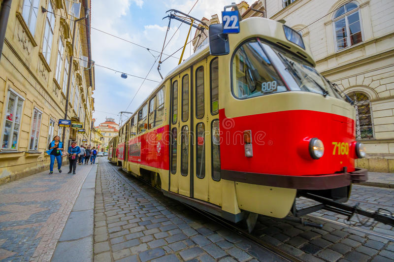 Praga, República Checa - 13 de agosto de 2015: Bonde do transporte público do close up que faz sua maneira através da cidade de e imagens de stock