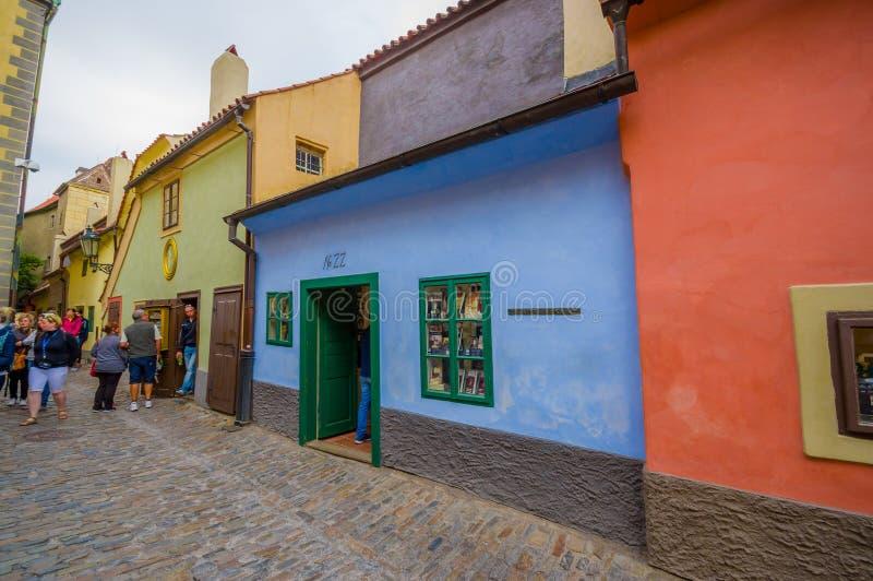 Praga, República Checa - 13 de agosto de 2015: Cidade velha da cidade, da grande arquitetura antiga modesta colorida e de ruas ap imagens de stock