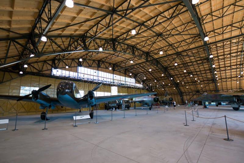 PRAGA, REPÚBLICA CHECA - 18 DE AGOSTO DE 2016: El viejo avión militar se coloca en el museo Kbely de la aviación de Praga en Prag foto de archivo
