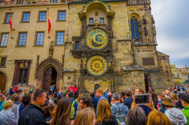 Praga, República Checa - 13 de agosto de 2015: Torre de reloj astronómica famosa del primer situada en centro de ciudad fotos de archivo