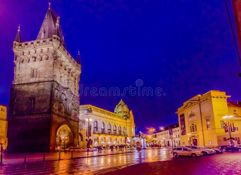 Praga, República Checa - 13 de agosto de 2015: Torre famosa del polvo según lo visto de la opinión de la calle sobre una tarde he foto de archivo