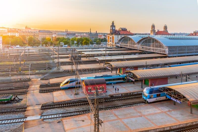 PRAGA, REPÚBLICA CHECA - 17 DE AGOSTO DE 2018: Estación de tren principal de Praga, nadrazi de Hlavni, con los edificios y Praga  fotografía de archivo libre de regalías