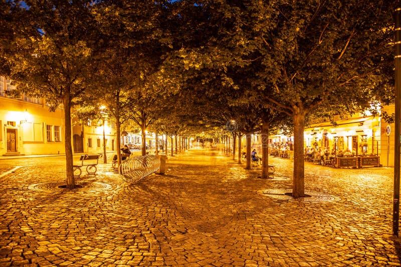 PRAGA, REPÚBLICA CHECA - 17 DE AGOSTO DE 2018: Noite na ilha de Kampa com a rua cobbled iluminada por lâmpadas do streer imagem de stock royalty free