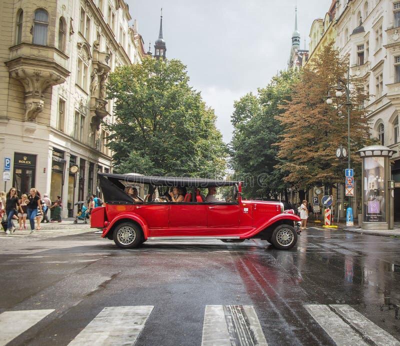Praga, REPÚBLICA CHECA - 29 de agosto de 2016: O carro velho do vintage é CTOC imagem de stock royalty free
