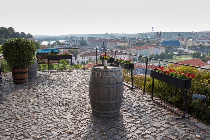 Praga, República Checa - 25 de agosto de 2018: Visión pintoresca y romántica sobre la Praga con una botella de vino foto de archivo libre de regalías