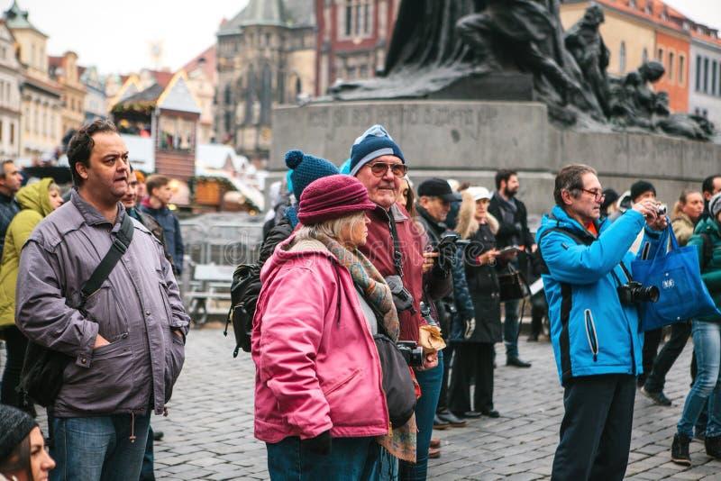 Praga, República Checa 13 de dezembro de 2016 - grupo de turistas idosos em sightseeing no centro de cidade em Praga imagem de stock royalty free