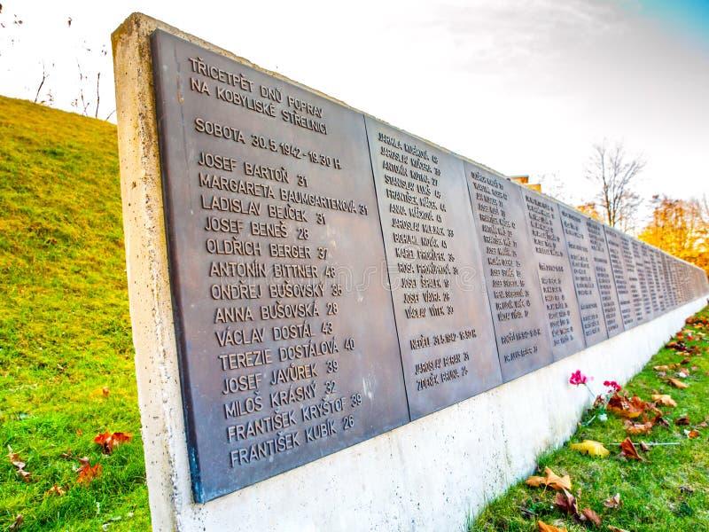 PRAGA, REPÚBLICA CHECA - 9 DE DEZEMBRO DE 2017: Lista de vítimas na escala de tiro anterior de Kobylisy, Praga, República Checa fotos de stock
