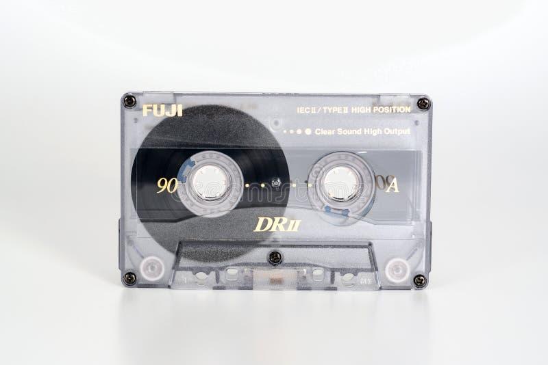 PRAGA, REPÚBLICA CHECA - 20 DE FEBRERO DE 2019: Cromo compacto audio 90 de Fuji DRII del casete Casete audio en un fondo blanco fotografía de archivo
