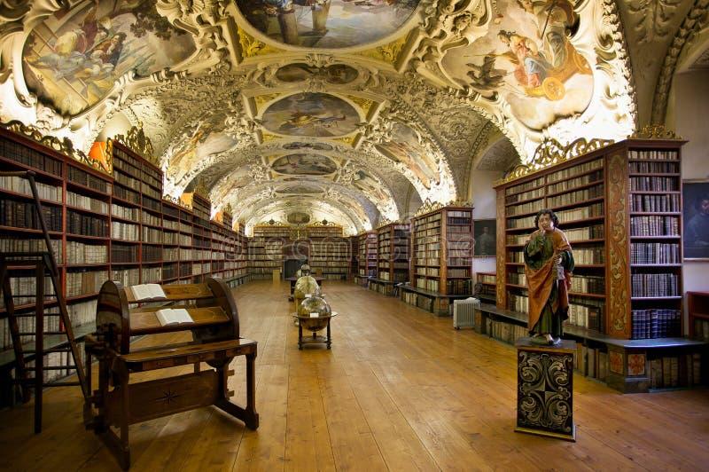 PRAGA, REPÚBLICA CHECA - 20 DE FEBRERO DE 2013: La biblioteca de la teología foto de archivo