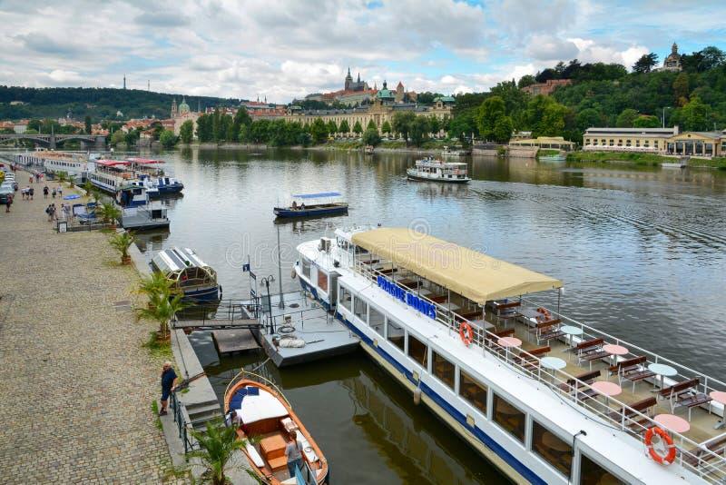 PRAGA, REPÚBLICA CHECA - 20 DE JULIO DE 2017: Primer del barco de placer con los barcos de la inscripción de la publicidad de Pra imagen de archivo