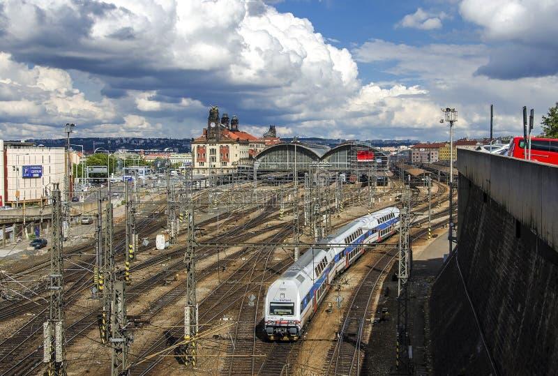 PRAGA, REPÚBLICA CHECA - 19 DE JUNHO DE 2016: Estação de trem central em Praga foto de stock