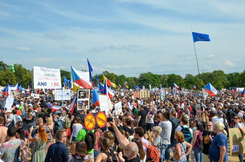Praga, República Checa - 23 de junho de 2019: Multidão de protestos dos povos contra o primeiro ministro Babis e o ministro da Ju imagens de stock