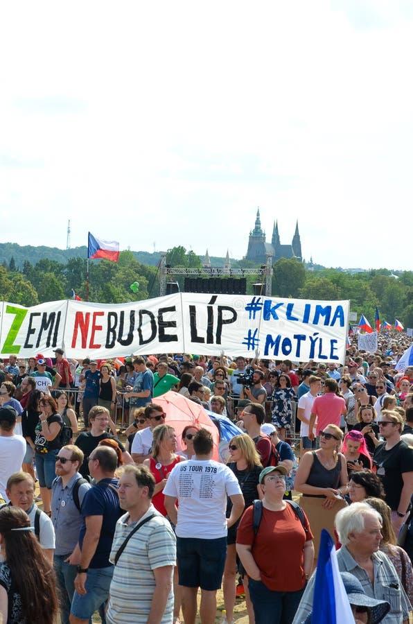Praga, República Checa - 23 de junho de 2019: Multidão de protestos dos povos contra o primeiro ministro Babis e o ministro da Ju fotografia de stock royalty free