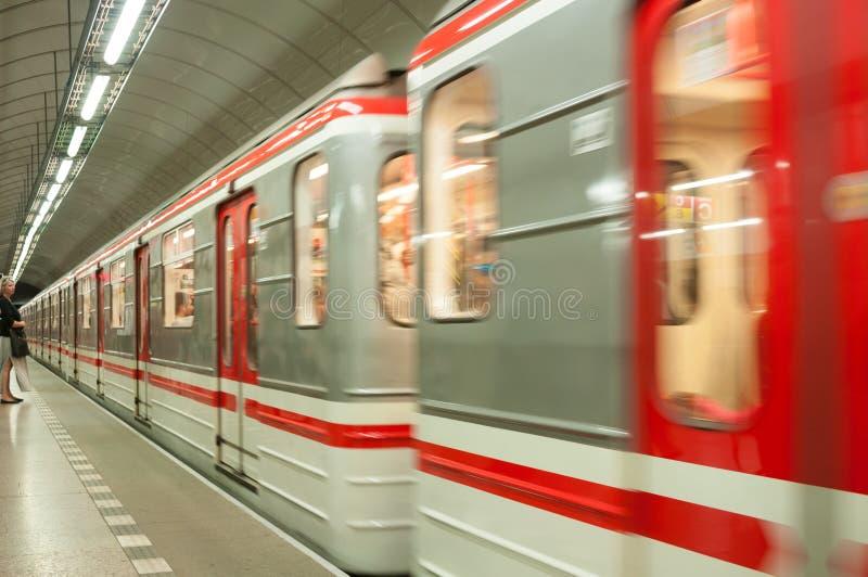 PRAGA, REPÚBLICA CHECA - 20 DE JUNIO DE 2016: Tren llegado en subterráneo imagen de archivo libre de regalías