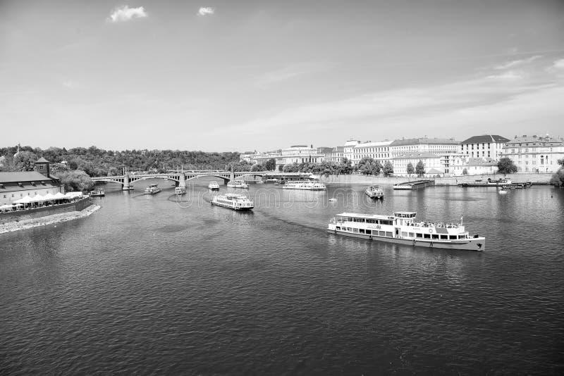 Praga, República Checa - 3 de junio de 2017: el crucero del día de fiesta envía en paisaje urbano en el cielo azul Barcos de plac imágenes de archivo libres de regalías