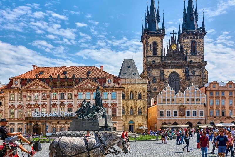 PRAGA, REPÚBLICA CHECA - 12 DE JUNIO DE 2017: Iglesia de nuestra señora antes de Tyn Praga - imagen arquitectónica en vieja plaza fotos de archivo