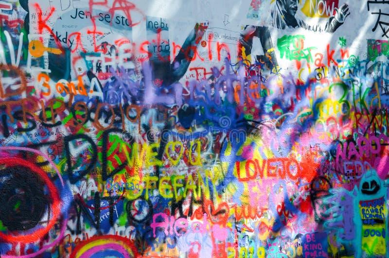 Praga, República Checa - 27 de junio de 2019: Lennon Wall famosa en capital checa Se?al popular y atracci?n tur?stica Arte de la  imagen de archivo libre de regalías