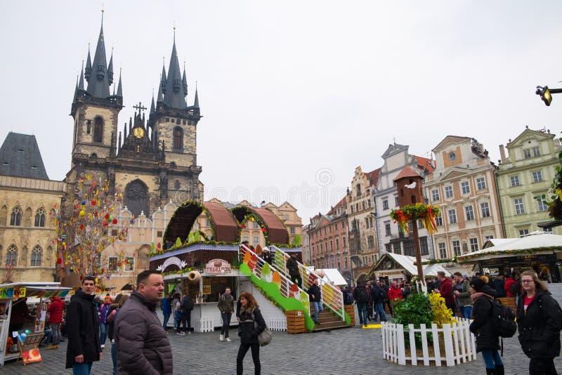 Praga, república checa 26 de março de 2018: Celebração da Páscoa na praça da cidade velha Vista na igreja de Tyn imagens de stock