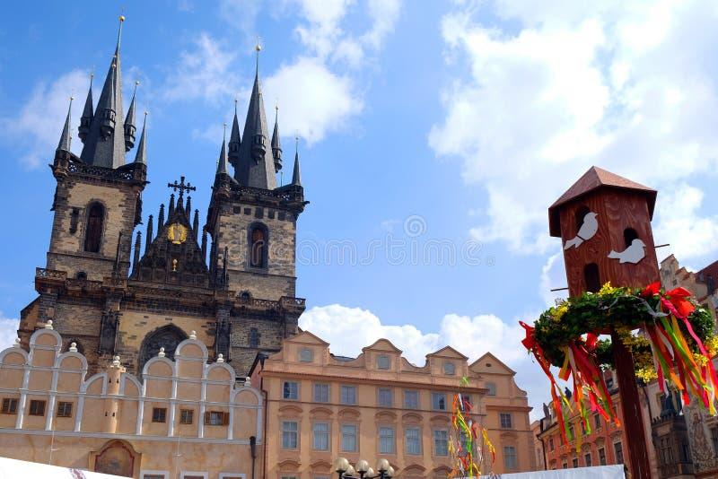 Praga, república checa 27 de março de 2018: Celebração da Páscoa na praça da cidade velha Vista na igreja de Tyn fotos de stock royalty free