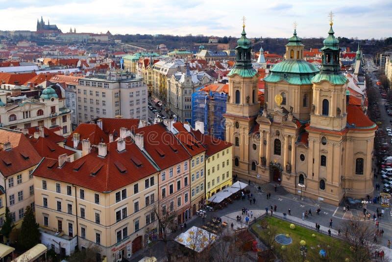 Praga, república checa 26 de março de 2018: Celebração da Páscoa na praça da cidade velha Vista superior em uma igreja de São Nic foto de stock royalty free