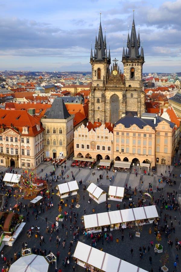 Praga, república checa 26 de março de 2018: Celebração da Páscoa na praça da cidade velha Vista superior na igreja de Tyn foto de stock royalty free
