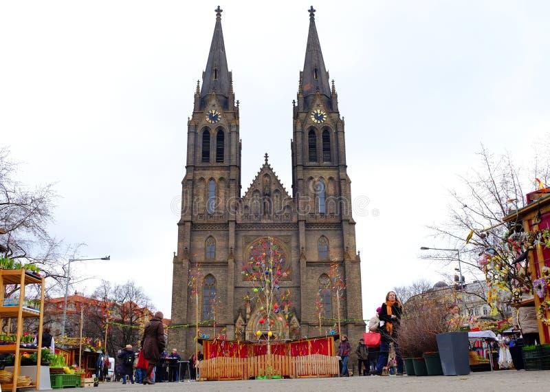Praga, república checa 28 de março de 2018: Celebração da Páscoa no quadrado da paz Igreja do St Ludmila da vista foto de stock royalty free