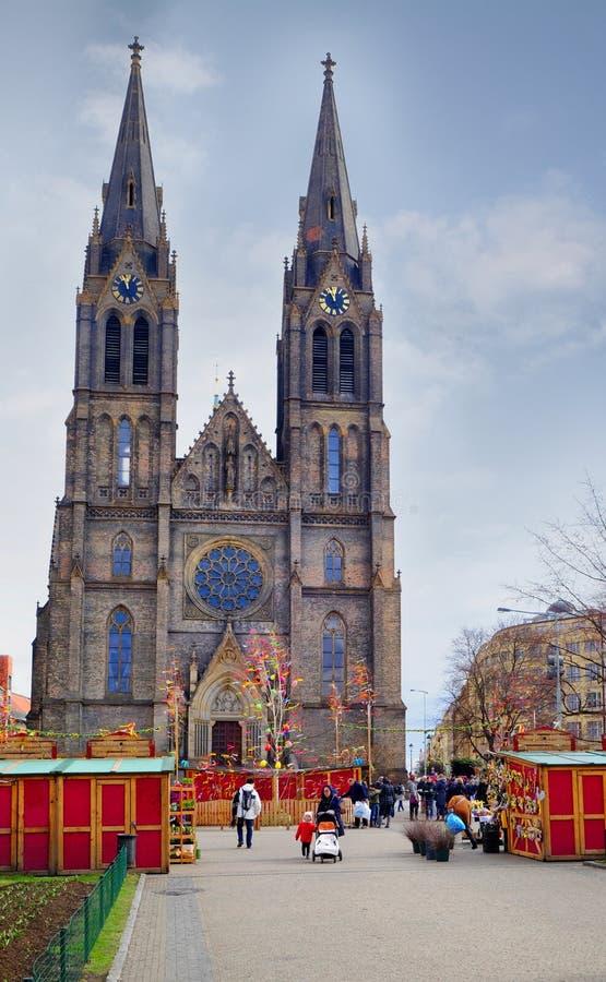 Praga, república checa 29 de março de 2018: Celebração da Páscoa no quadrado da paz Igreja do St Ludmila da vista fotografia de stock