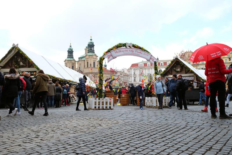 Praga, república checa 27 de março de 2018: Os povos são comemoram easter na praça da cidade velha Vista em uma igreja de São Nic fotos de stock royalty free